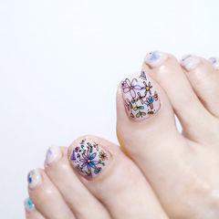 脚部白色蓝色手绘花朵想学习这么好看的美甲吗?可以咨询微信mjbyxs3哦~美甲图片