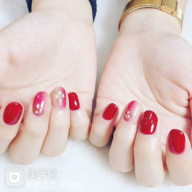 圆形红色裸色竖形渐变贝壳片金箔新娘短指甲美甲图片