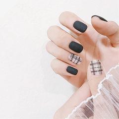 方圆形黑色格纹磨砂想学习这么好看的美甲吗?可以咨询微信mjbyxs3哦~美甲图片