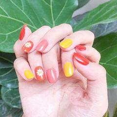 圆形红色黄色手绘花朵跳色想学习这么好看的美甲吗?可以咨询微信mjbyxs3哦~美甲图片