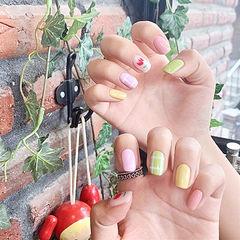 方圆形粉色绿色黄色手绘花朵跳色夏天想学习这么好看的美甲吗?可以咨询微信mjbyxs3哦~美甲图片