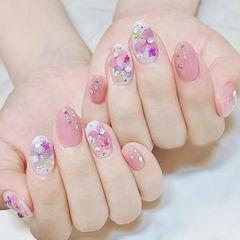 圆形粉色白色干花想学习这么好看的美甲吗?可以咨询微信mjbyxs3哦~美甲图片