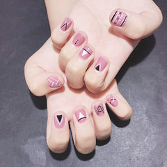方圆形粉色手绘几何短指甲想学习这么好看的美甲吗?可以咨询微信mjbyxs6哦~美甲图片
