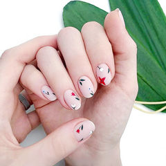 圆形红色裸色手绘花朵磨砂简约想学习这么好看的美甲吗?可以咨询微信mjbyxs6哦~美甲图片
