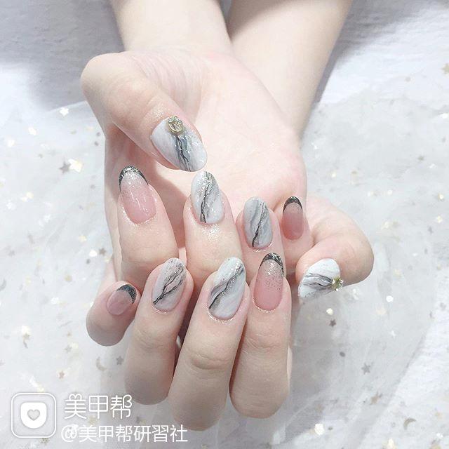 圆形黑色白色晕染手绘石纹法式想学习这么好看的美甲吗?可以咨询微信mjbyxs6哦~美甲图片