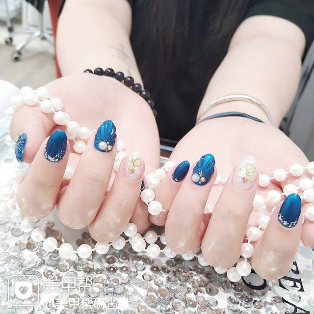 圆形蓝色白色贝壳珍珠夏天想学习这么好看的美甲吗?可以咨询微信mjbyxs6哦~美甲图片