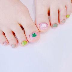 脚部粉色绿色灰色手绘可爱跳色想学习这么好看的美甲吗?可以咨询微信mjbyxs6哦~美甲图片