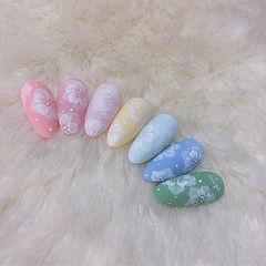 圆形粉色蓝色绿色手绘花朵磨砂日式美甲图片
