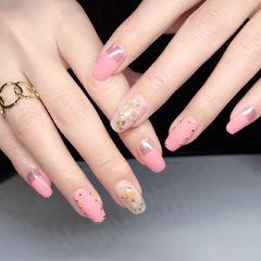 方圆形粉色贝壳片金箔铆钉想学习这么好看的美甲吗?可以咨询微信mjbyxs6哦~美甲图片