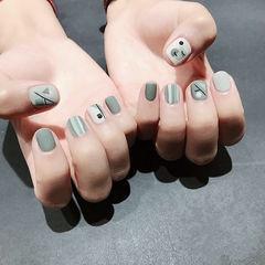 圆形灰色手绘条纹短指甲磨砂想学习这么好看的美甲吗?可以咨询微信mjbyxs6哦~美甲图片