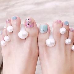 脚部粉色蓝色贝壳片夏天想学习这么好看的美甲吗?可以咨询微信mjbyxs6哦~美甲图片