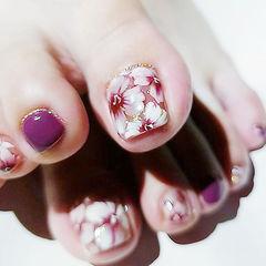 脚部紫色白色手绘花朵想学习这么好看的美甲吗?可以咨询微信mjbyxs6哦~美甲图片