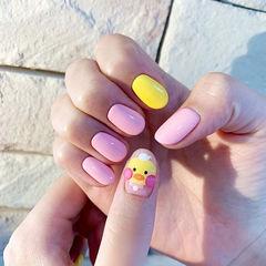 圆形黄色粉色手绘玻尿酸鸭可爱卡通想学习这么好看的美甲吗?可以咨询微信mjbyxs6哦~美甲图片