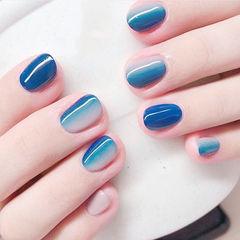 圆形蓝色竖形渐变想学习这么好看的美甲吗?可以咨询微信mjbyxs6哦~美甲图片