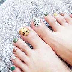 脚部黄色绿色棕色白色格子跳色美甲图片