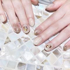 圆形棕色白色碎玻璃晕染贝壳片短指甲想学习这么好看的美甲吗?可以咨询微信mjbyxs6哦~美甲图片