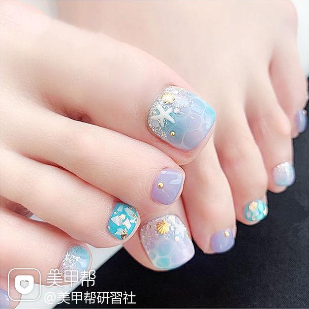 脚部蓝色紫色手绘夏天贝壳片想学习这么好看的美甲吗?可以咨询微信mjbyxs6哦~美甲图片