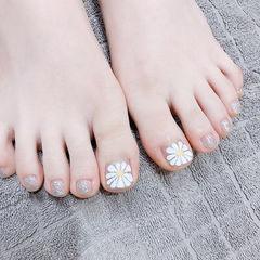 脚部白色银色手绘雏菊美甲图片