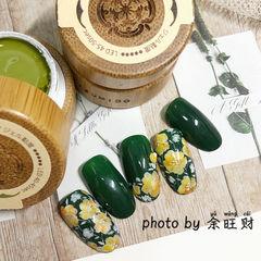 绿色圆形花朵墨绿色手绘记忆型日式胶,卧倒也不流动,给你丝缎般的涂刷体验感,818活动火热发售中! 美甲图片