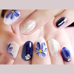 圆形蓝色银色白色手绘花朵钻想学习这么好看的美甲吗?可以咨询微信mjbyxs6哦~美甲图片