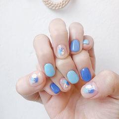 圆形蓝色白色晕染短指甲美甲图片