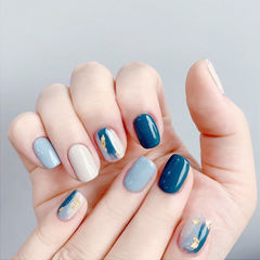 方圆形蓝色白色晕染金箔美甲图片