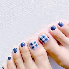 脚部蓝色格纹美甲图片