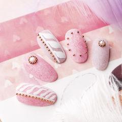圆形粉色磨砂手绘珍珠铆钉美甲帮研习社武汉校区学员作品,想学习这么好看的美甲吗?可以咨询微信mjbyxs6哦~美甲图片
