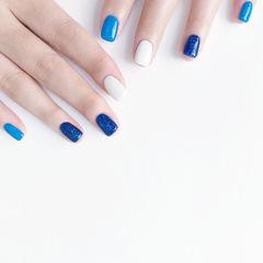 方圆形蓝色白色跳色美甲图片