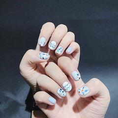 圆形蓝色手绘短指甲美甲图片
