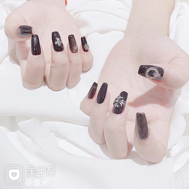 方圆形黑色克罗心韩式美甲图片