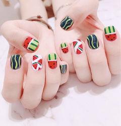 方圆形红色绿色白色手绘西瓜水果夏天想学习这么好看的美甲吗?可以咨询微信mjbyxs6哦~美甲图片