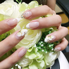 圆形白色法式钻雕花想学习这么好看的美甲吗?可以咨询微信mjbyxs6哦~美甲图片