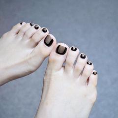 脚部黑色裸色手绘简约想学习这么好看的美甲吗?可以咨询微信mjbyxs6哦~美甲图片