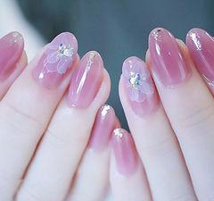 圆形粉色手绘花朵钻想学习这么好看的美甲吗?可以咨询微信mjbyxs6哦~美甲图片