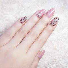圆形粉色棕色手绘豹纹珍珠想学习这么好看的美甲吗?可以咨询微信mjbyxs6哦~美甲图片