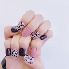 方圆形黑色粉色手绘豹纹跳色想学习这么好看的美甲吗?可以咨询微信mjbyxs6哦~美甲图片