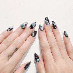 圆形黑色手绘星空贝壳片美甲图片