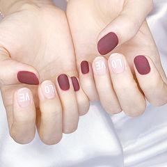 圆形酒红色裸色磨砂美甲图片