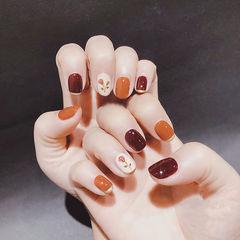 圆形焦糖色酒红色手绘花朵跳色秋天美甲图片
