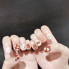 圆形棕色白色手绘秋天短指甲想学习这么好看的美甲吗?可以咨询微信mjbyxs6哦~美甲图片