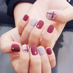 圆形红色裸色格纹磨砂短指甲美甲图片