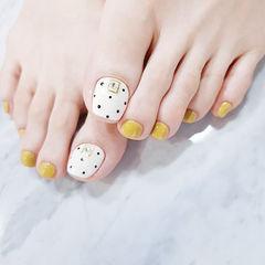 脚部黄色白色波点美甲图片