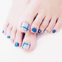 脚部蓝色裸色线条磨砂美甲图片