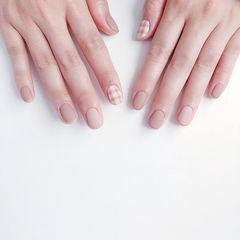 圆形裸色格纹短指甲简约上班族磨砂美甲图片