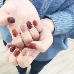圆形酒红色焦糖色裸色跳色秋天美甲图片