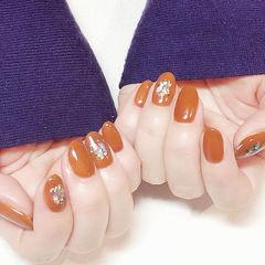 圆形焦糖色贝壳片秋天显白美甲图片