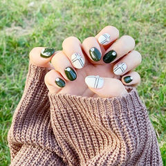 圆形绿色白色钻短指甲线条想学习这么好看的美甲吗?可以咨询微信mjbyxs6哦~美甲图片
