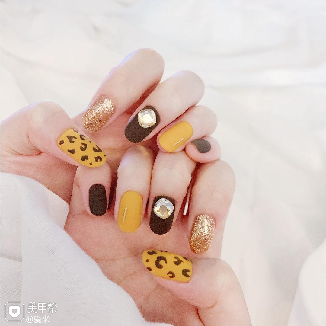圆形黄色棕色手绘豹纹钻磨砂跳色美甲图片