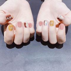 方圆形粉色黄色棕色手绘线条短指甲美甲帮创办的CPMA技术体系日式美甲学校,全国连锁,想学美甲咨询微信:mjbyxs15美甲图片